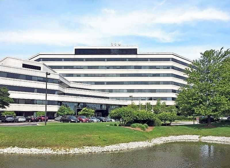 An eight-story multi-tenant office building on Skokie Boulevard in Northbrook sold for $20.9 million, according to a Des Plaines brokerage firm.